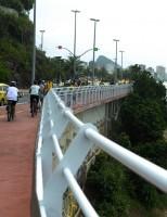 Rio inaugura ciclovia ao longo do costão rochoso da Avenida Niemeyer